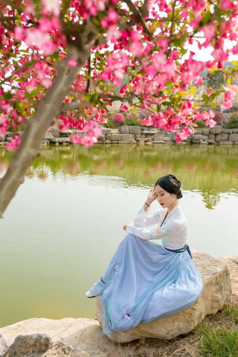 发现民族舞女孩吕锦涛 在樱桃花开白如雪的马泉翩翩起舞_图1-4