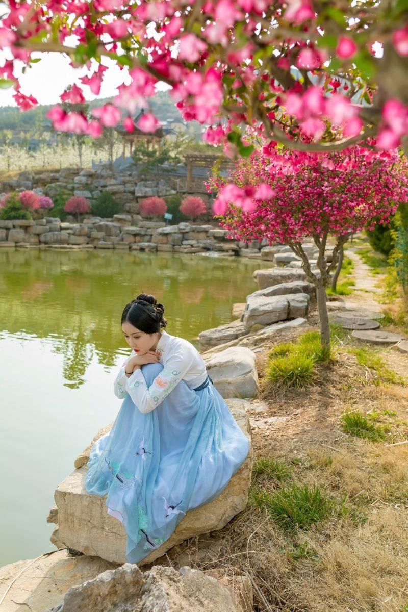 发现民族舞女孩吕锦涛 在樱桃花开白如雪的马泉翩翩起舞_图1-32