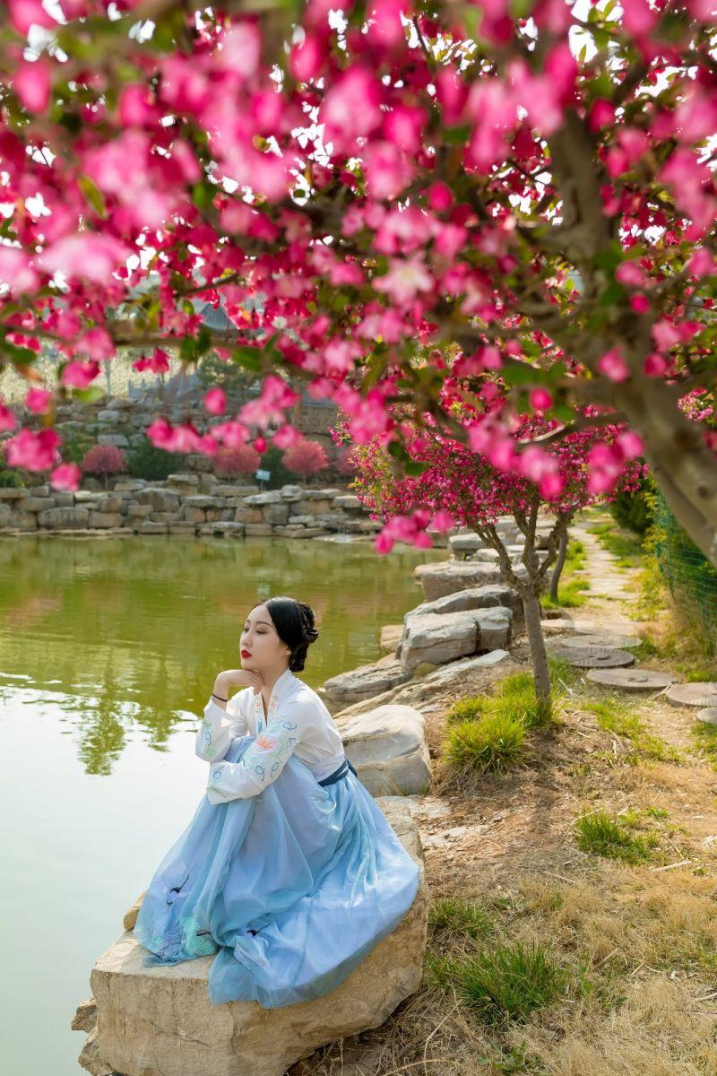 发现民族舞女孩吕锦涛 在樱桃花开白如雪的马泉翩翩起舞_图1-33