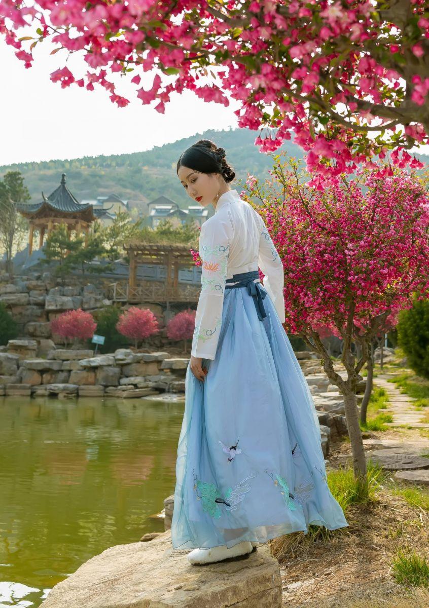 发现民族舞女孩吕锦涛 在樱桃花开白如雪的马泉翩翩起舞_图1-12