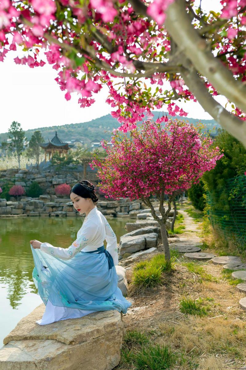 发现民族舞女孩吕锦涛 在樱桃花开白如雪的马泉翩翩起舞_图1-34