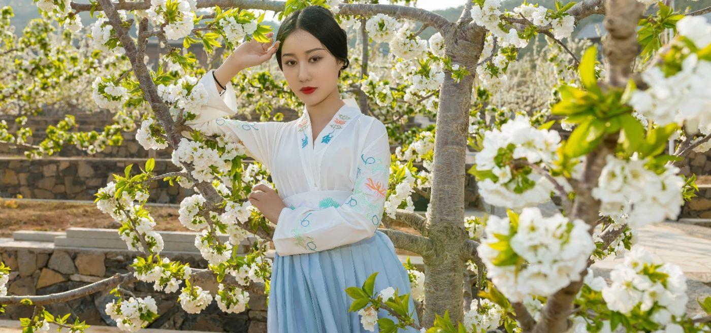 发现民族舞女孩吕锦涛 在樱桃花开白如雪的马泉翩翩起舞_图1-10