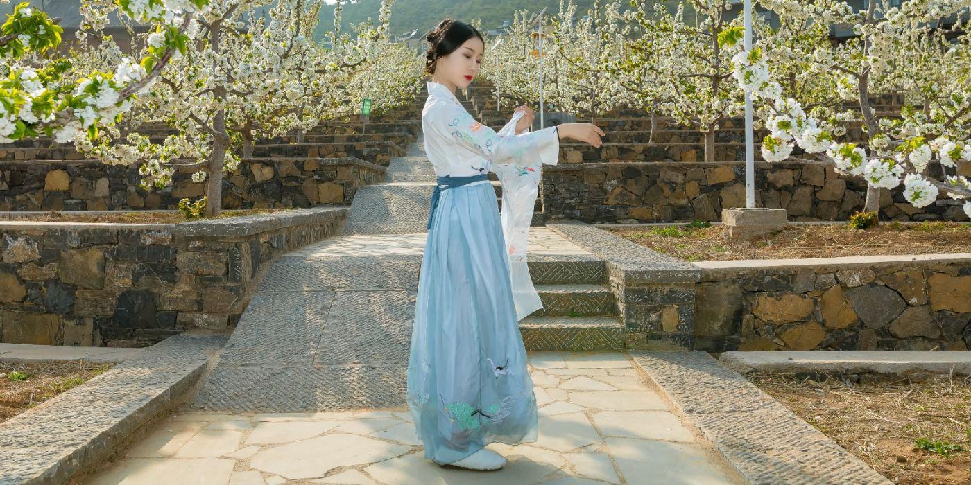 发现民族舞女孩吕锦涛 在樱桃花开白如雪的马泉翩翩起舞_图1-20