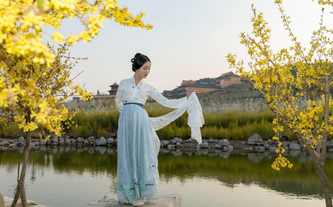 发现民族舞女孩吕锦涛 在樱桃花开白如雪的马泉翩翩起舞_图1-26