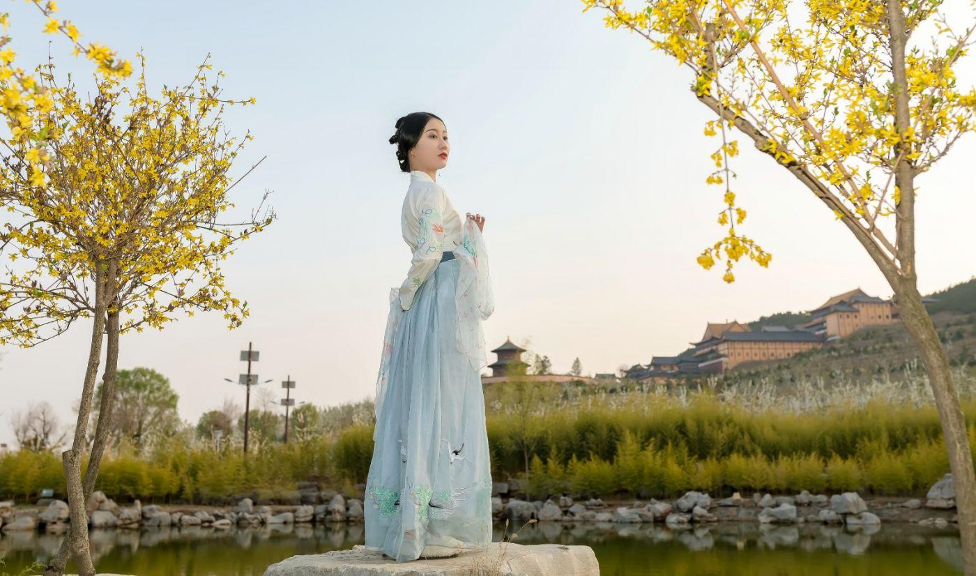 发现民族舞女孩吕锦涛 在樱桃花开白如雪的马泉翩翩起舞_图1-25