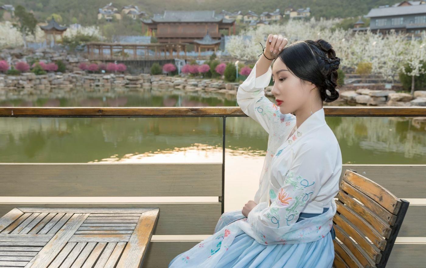 发现民族舞女孩吕锦涛 在樱桃花开白如雪的马泉翩翩起舞_图1-27