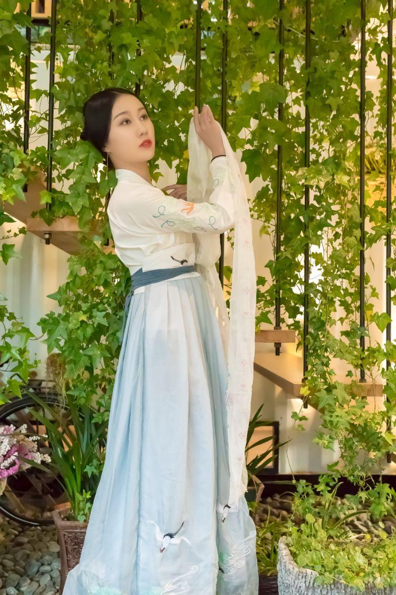 发现民族舞女孩吕锦涛 在樱桃花开白如雪的马泉翩翩起舞_图1-28