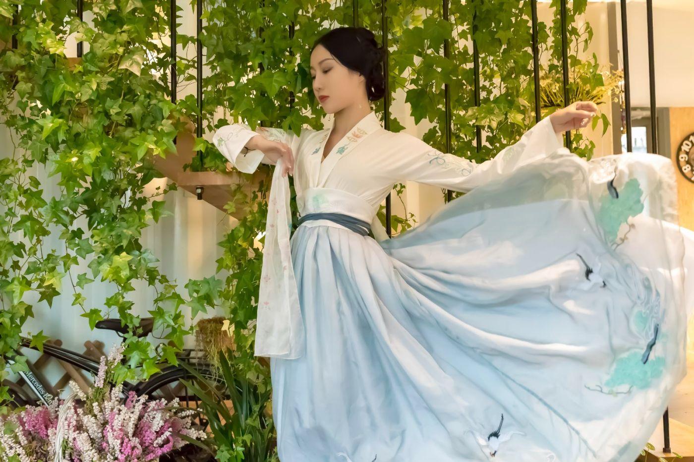 发现民族舞女孩吕锦涛 在樱桃花开白如雪的马泉翩翩起舞_图1-29