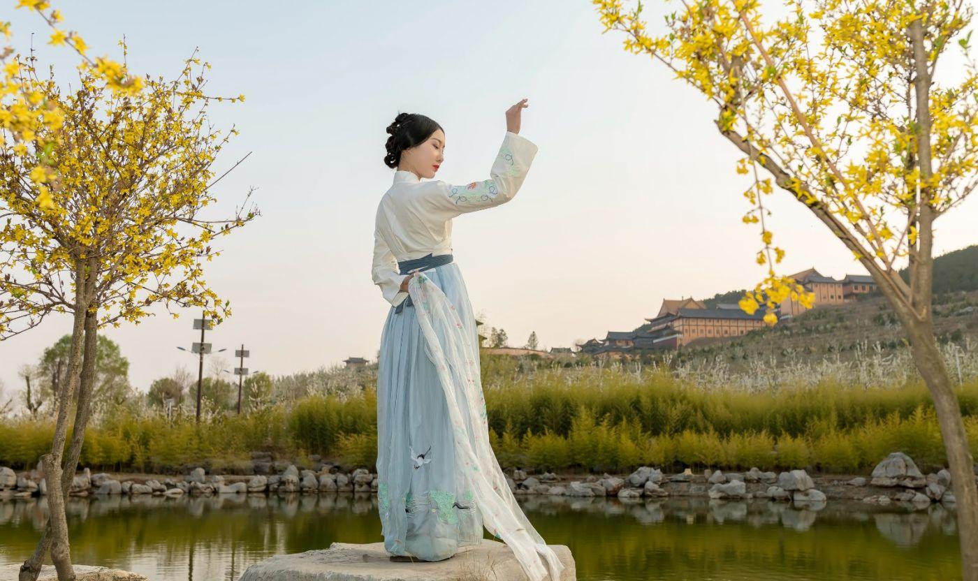 发现民族舞女孩吕锦涛 在樱桃花开白如雪的马泉翩翩起舞_图1-30