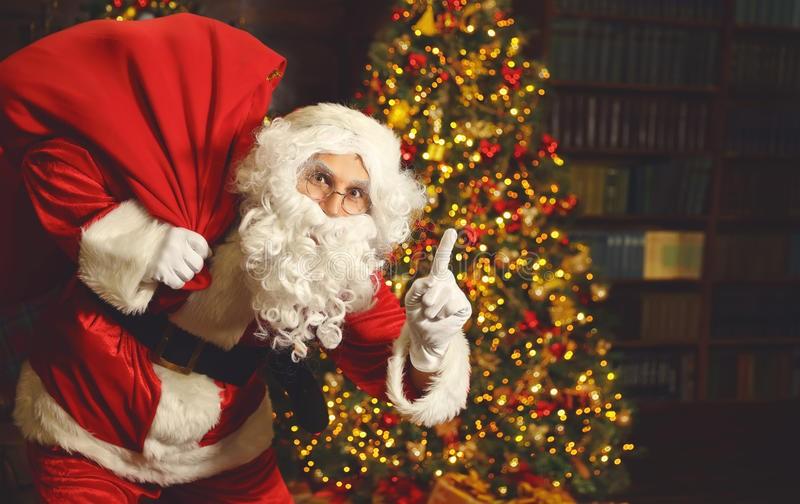 江淳:廊坊城管取缔沿街摆放圣诞树为哪般?_图1-1
