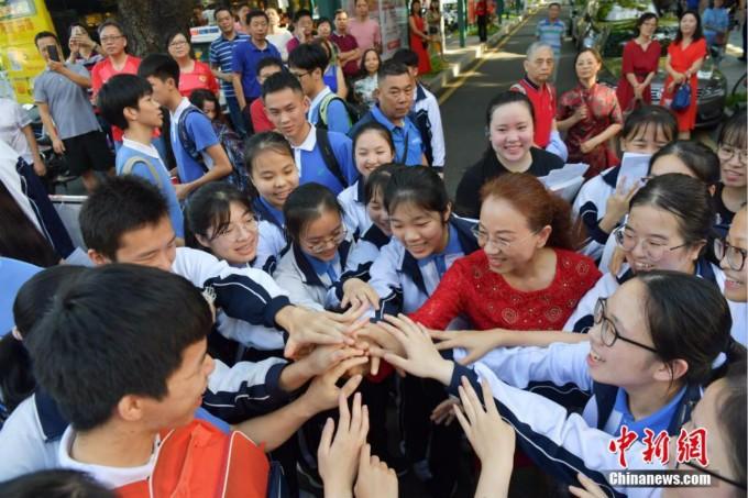 中国高考人数时隔十年重回千万考生,改革中求公平_图1-2