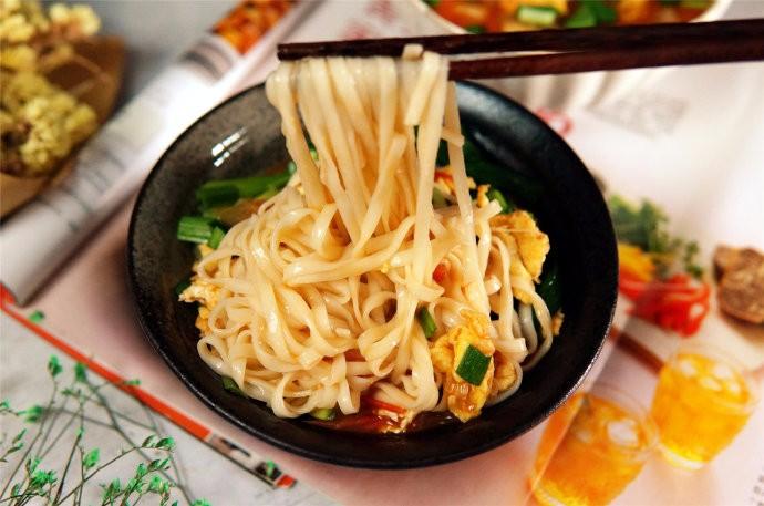老北京味儿:烧茄子面条的制作方面,尝尝味道_图1-1