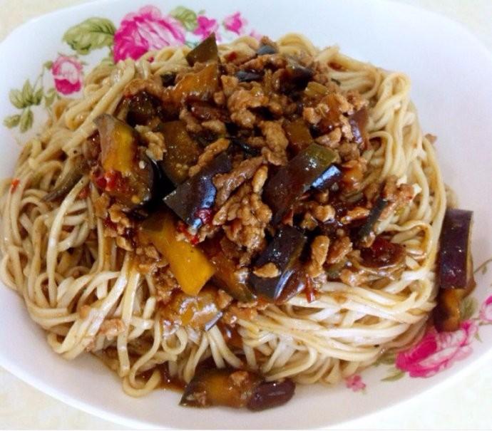 老北京味儿:烧茄子面条的制作方面,尝尝味道_图1-3