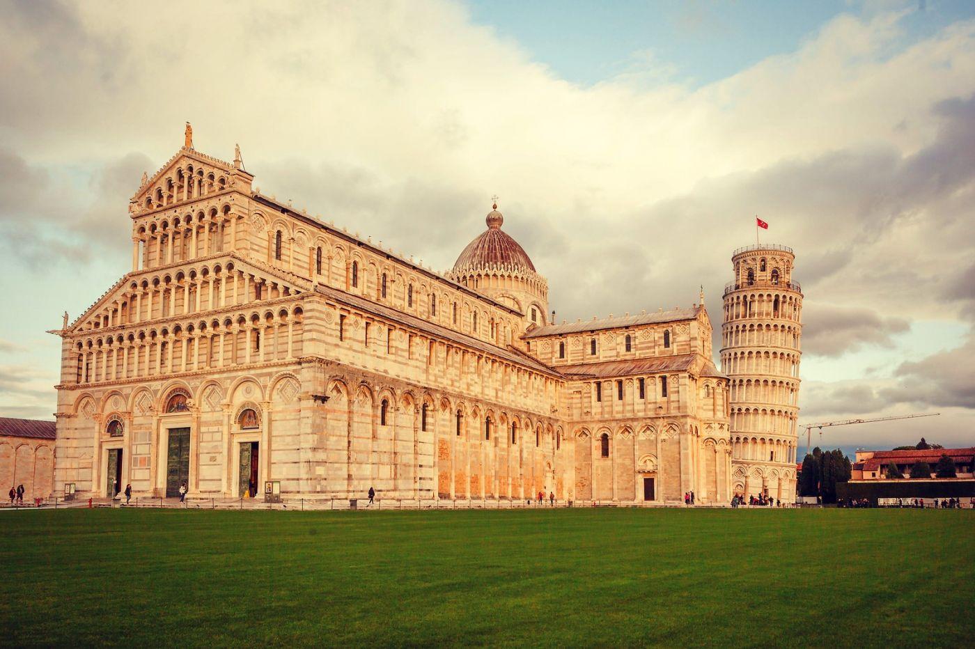 意大利比萨斜塔,塔旁的建筑群_图1-2