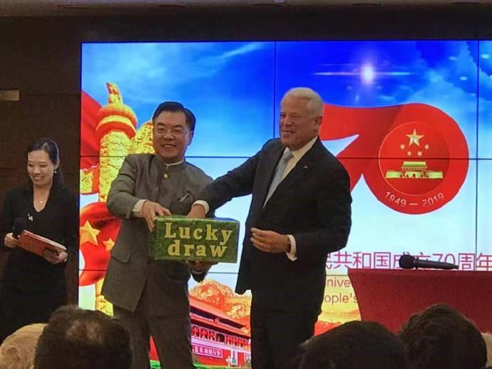 高娓娓:中国驻纽约总领馆隆重举行国庆70周年招待会_图1-13