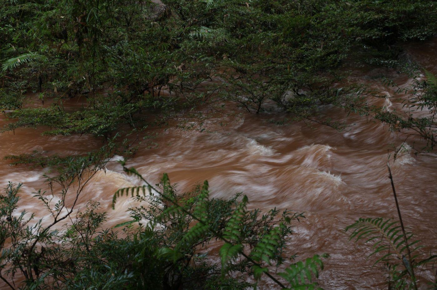 赤水河源头翻滚的波涛血一般红_图1-3