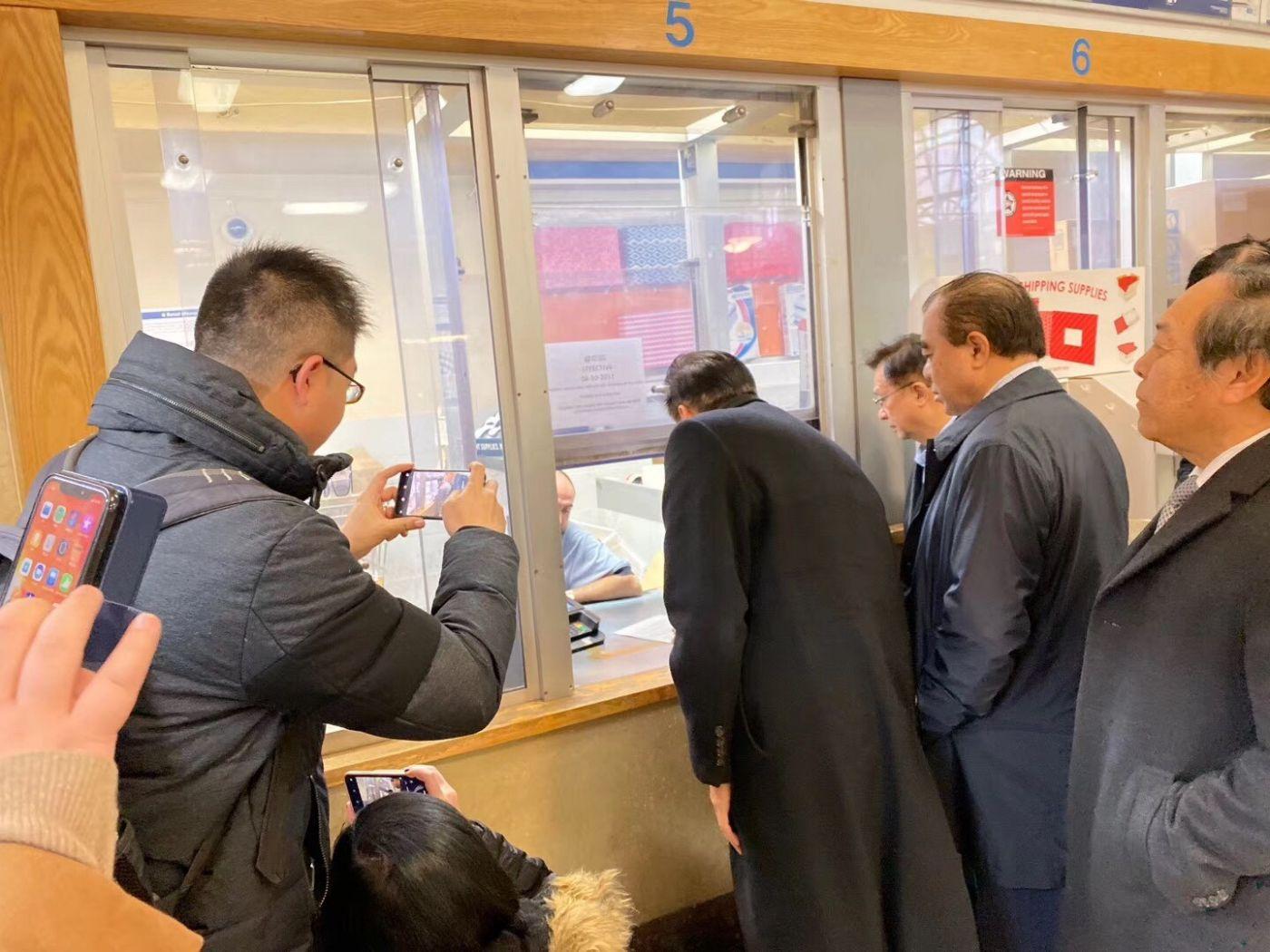 美国各界華僑華人到華埠郵局以最快郵件方式給特朗普總統_图1-3