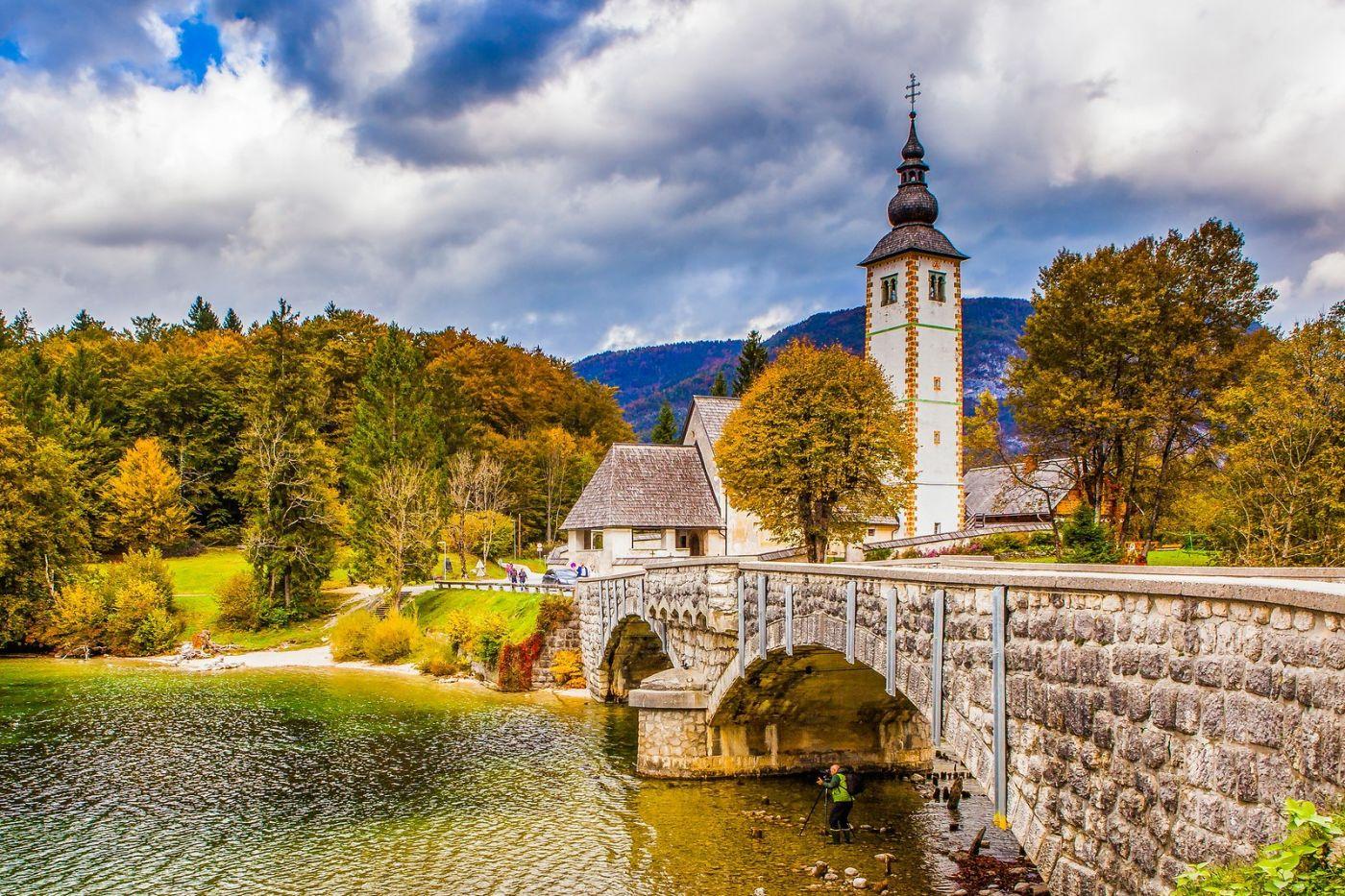 斯洛文尼亚博希尼湖(Lake Bohinj),湖边的桥和教堂_图1-14