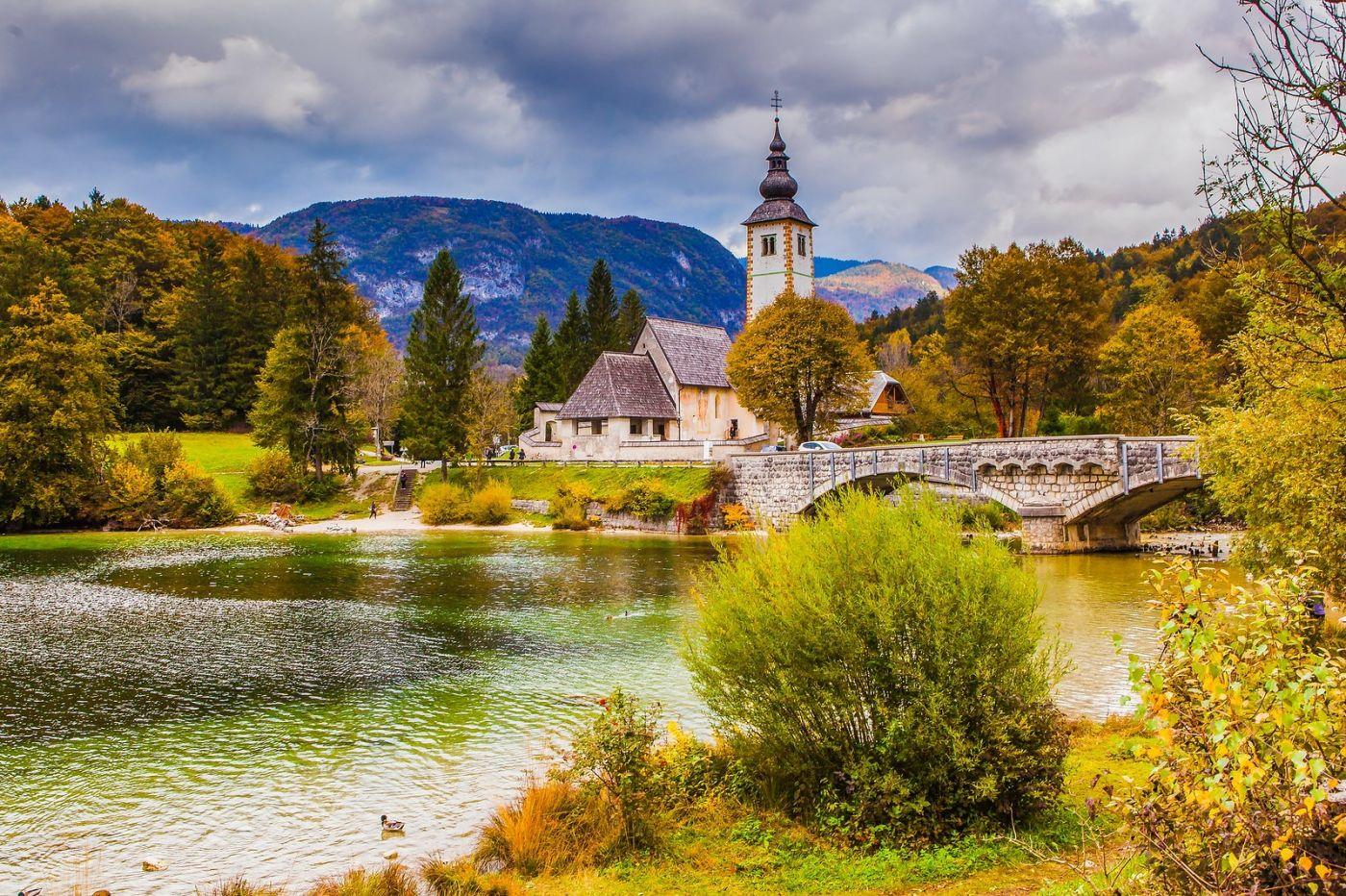 斯洛文尼亚博希尼湖(Lake Bohinj),湖边的桥和教堂_图1-11