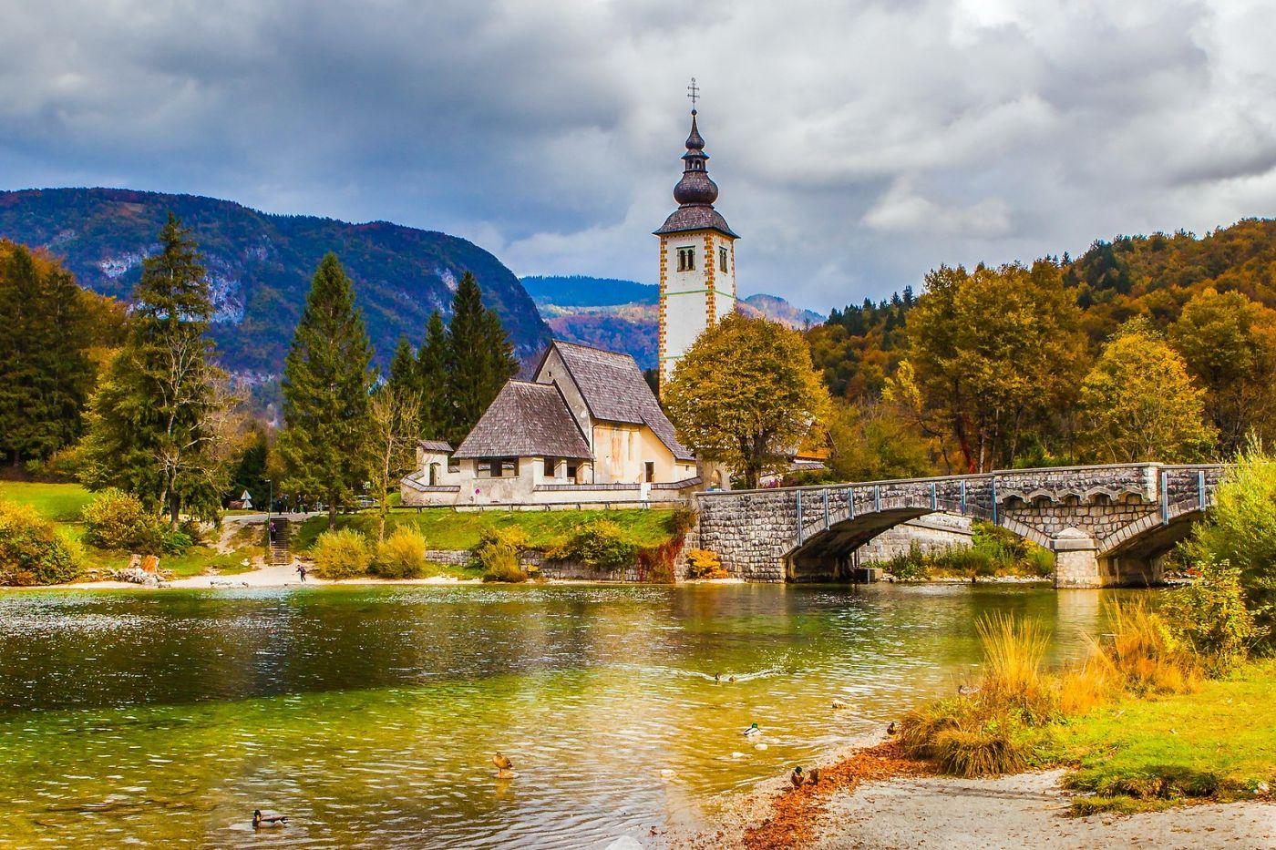 斯洛文尼亚博希尼湖(Lake Bohinj),湖边的桥和教堂_图1-12
