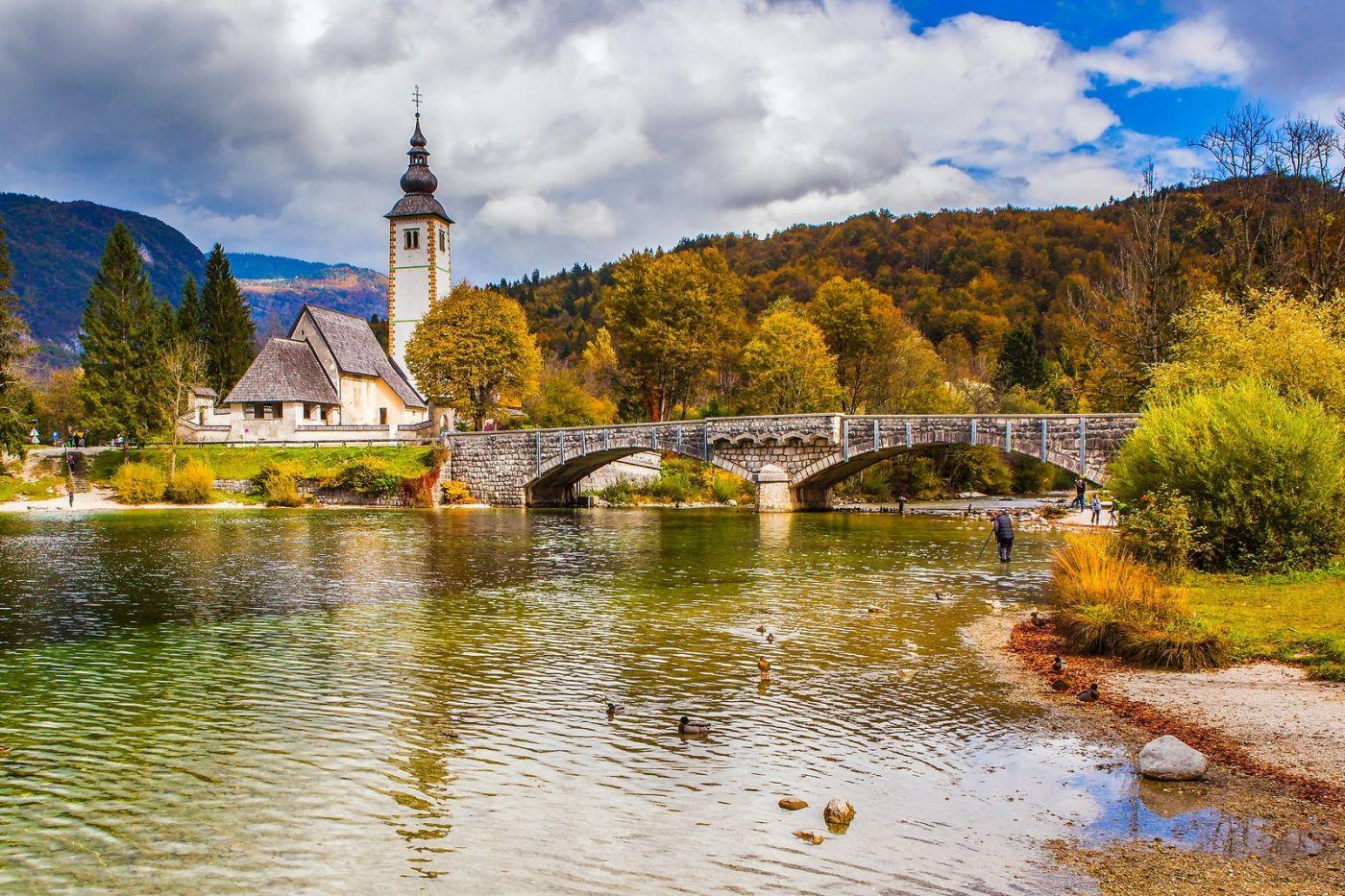 斯洛文尼亚博希尼湖(Lake Bohinj),湖边的桥和教堂_图1-8