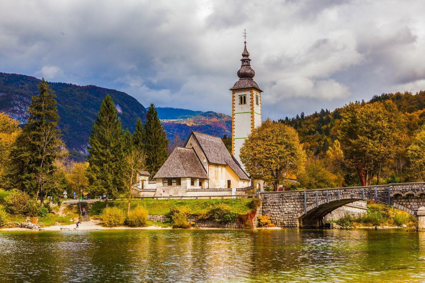 斯洛文尼亚博希尼湖(Lake Bohinj),湖边的桥和教堂_图1-9