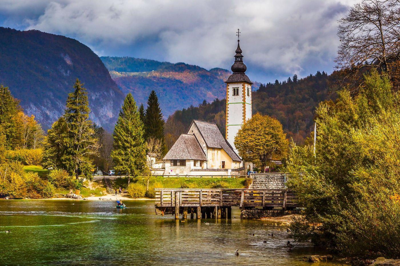 斯洛文尼亚博希尼湖(Lake Bohinj),湖边的桥和教堂_图1-10