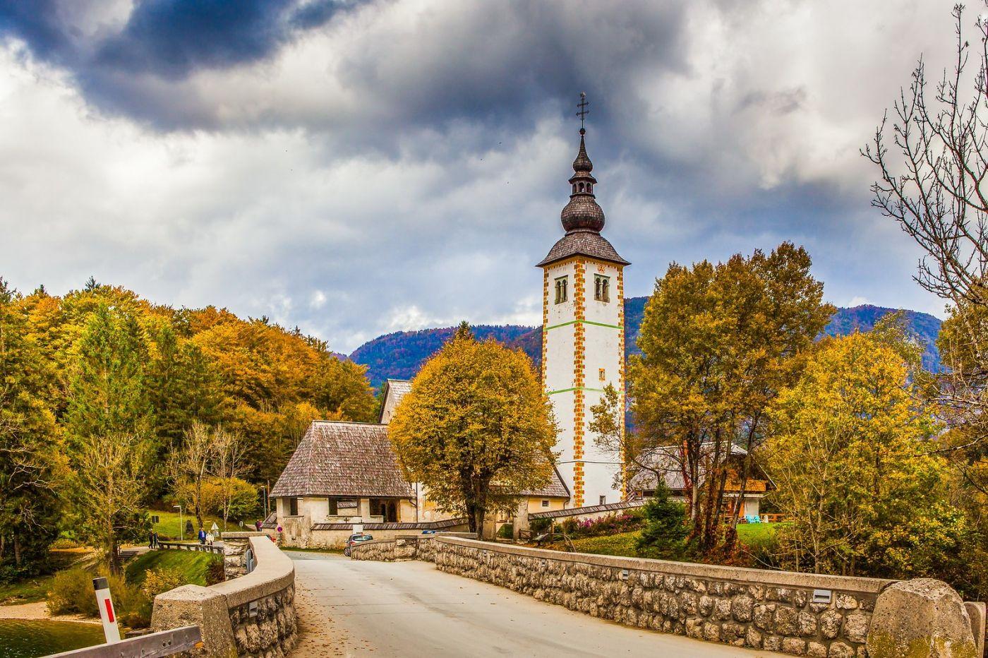 斯洛文尼亚博希尼湖(Lake Bohinj),湖边的桥和教堂_图1-3