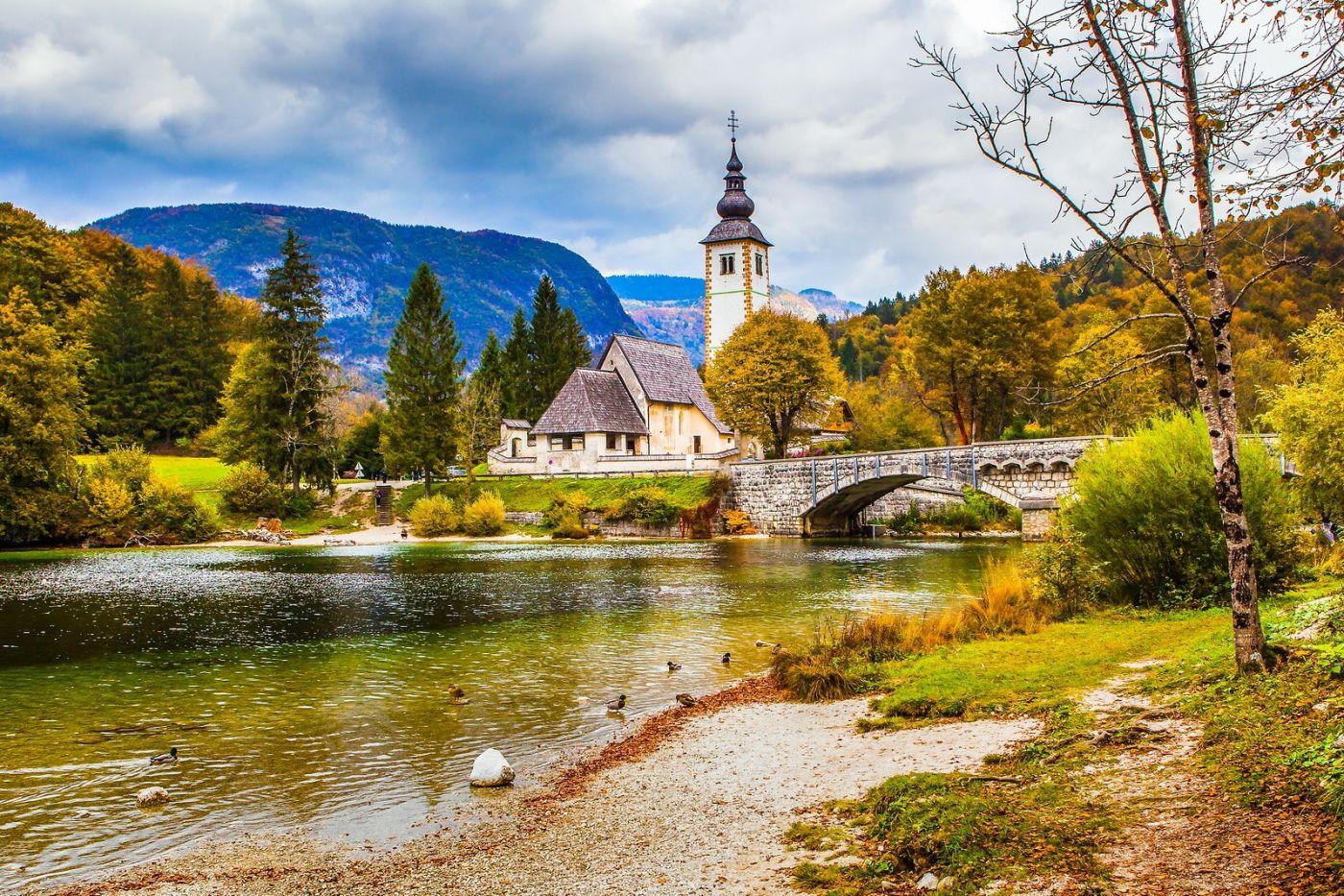 斯洛文尼亚博希尼湖(Lake Bohinj),湖边的桥和教堂_图1-1