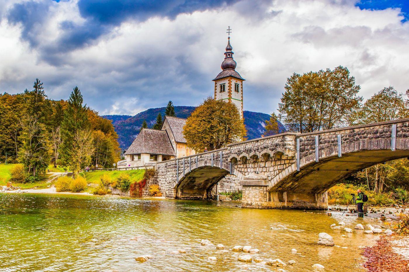 斯洛文尼亚博希尼湖(Lake Bohinj),湖边的桥和教堂_图1-2