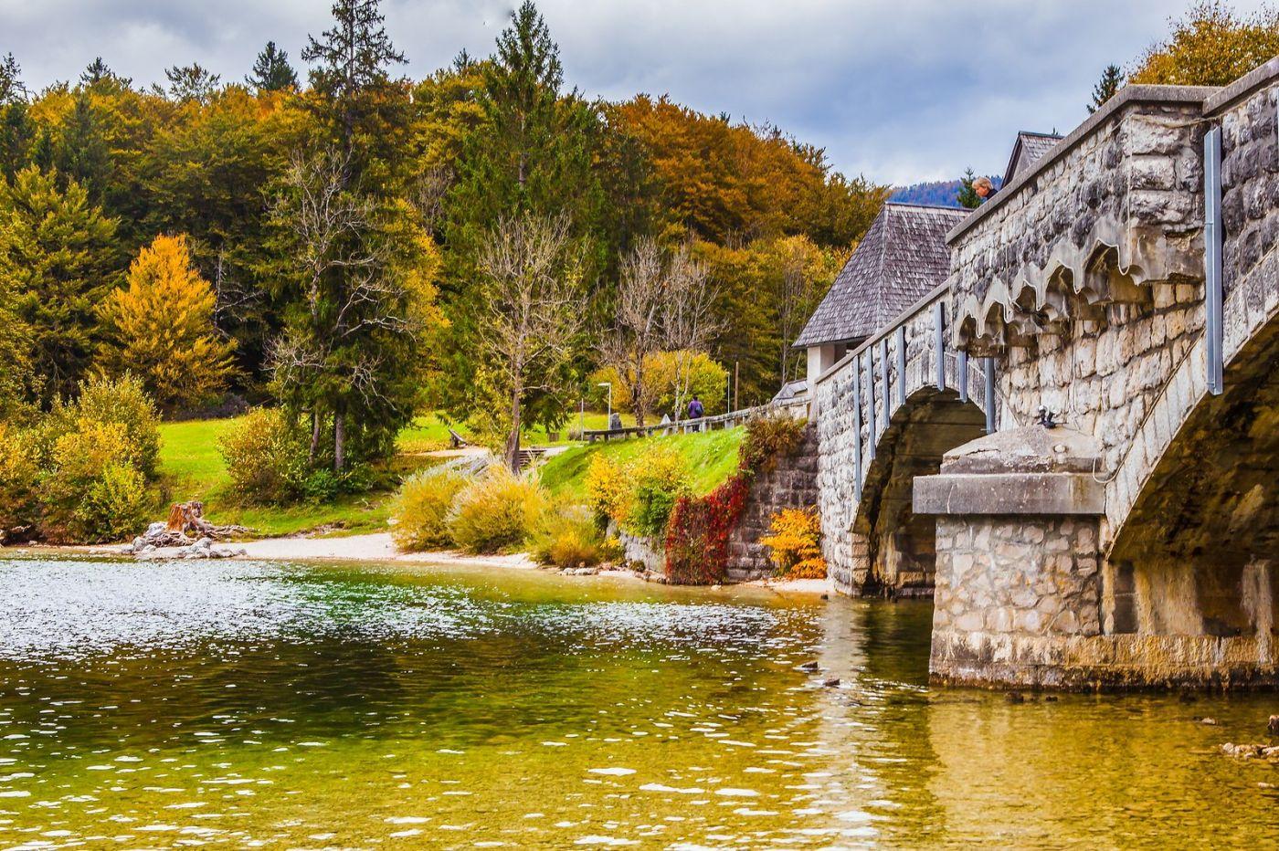 斯洛文尼亚博希尼湖(Lake Bohinj),湖边的桥和教堂_图1-5