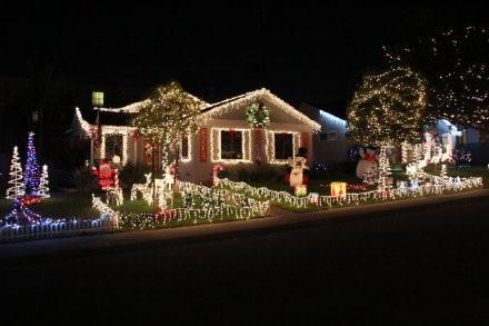 高娓娓:亮瞎眼!看美国人布置圣诞彩灯有多疯狂_图1-13