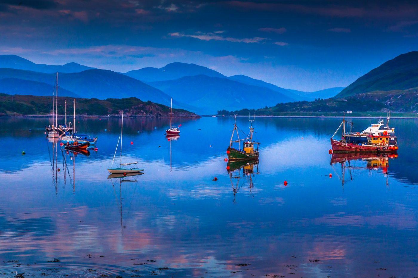 苏格兰阿勒浦(Ullapool),如镜的湖面_图1-1