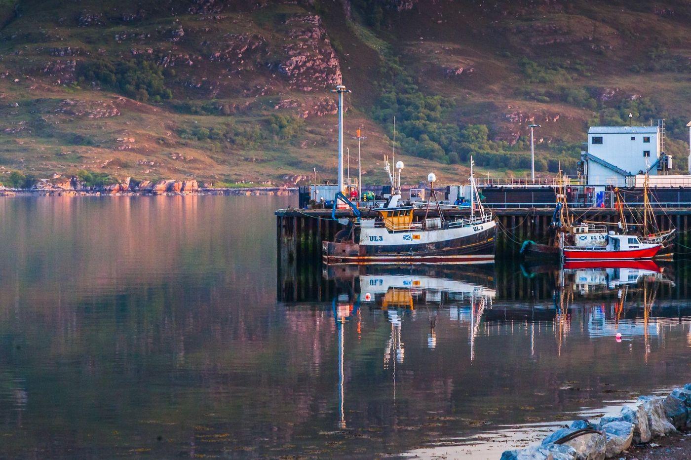 苏格兰阿勒浦(Ullapool),如镜的湖面_图1-2