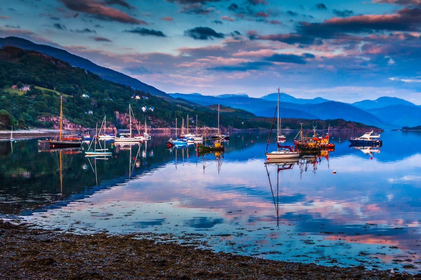 苏格兰阿勒浦(Ullapool),如镜的湖面_图1-3