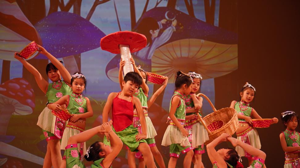 高娓娓:品味舞与画的艺术—梁坤钿舞蹈中心庆祝成立十周年庆典暨新年文艺演出圆满成功 ..._图1-10