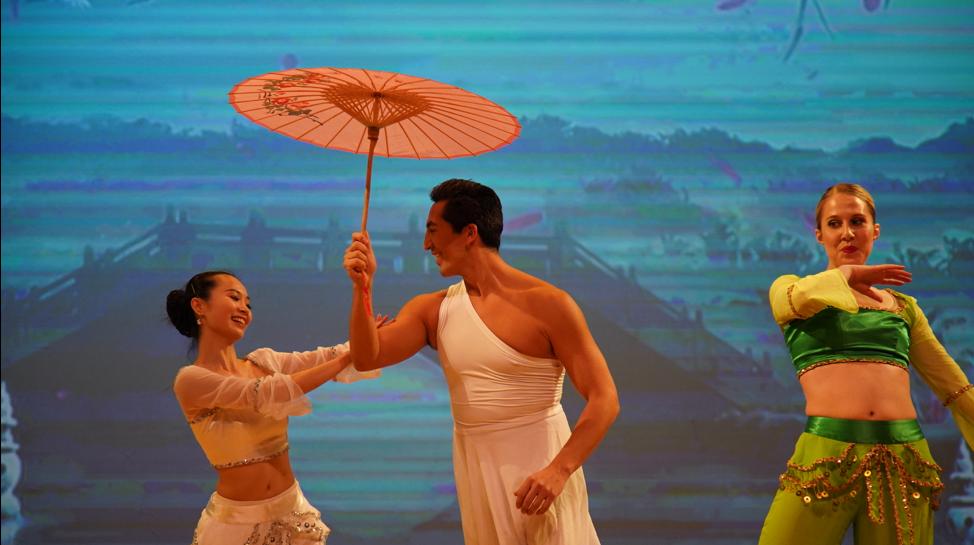 高娓娓:品味舞与画的艺术—梁坤钿舞蹈中心庆祝成立十周年庆典暨新年文艺演出圆满成功 ..._图1-7