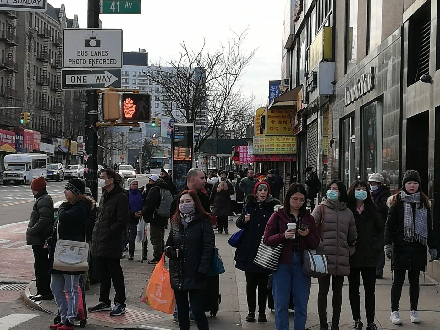 预防新型肺炎,纽约法拉盛街头戴口罩的人不断增加_图1-1