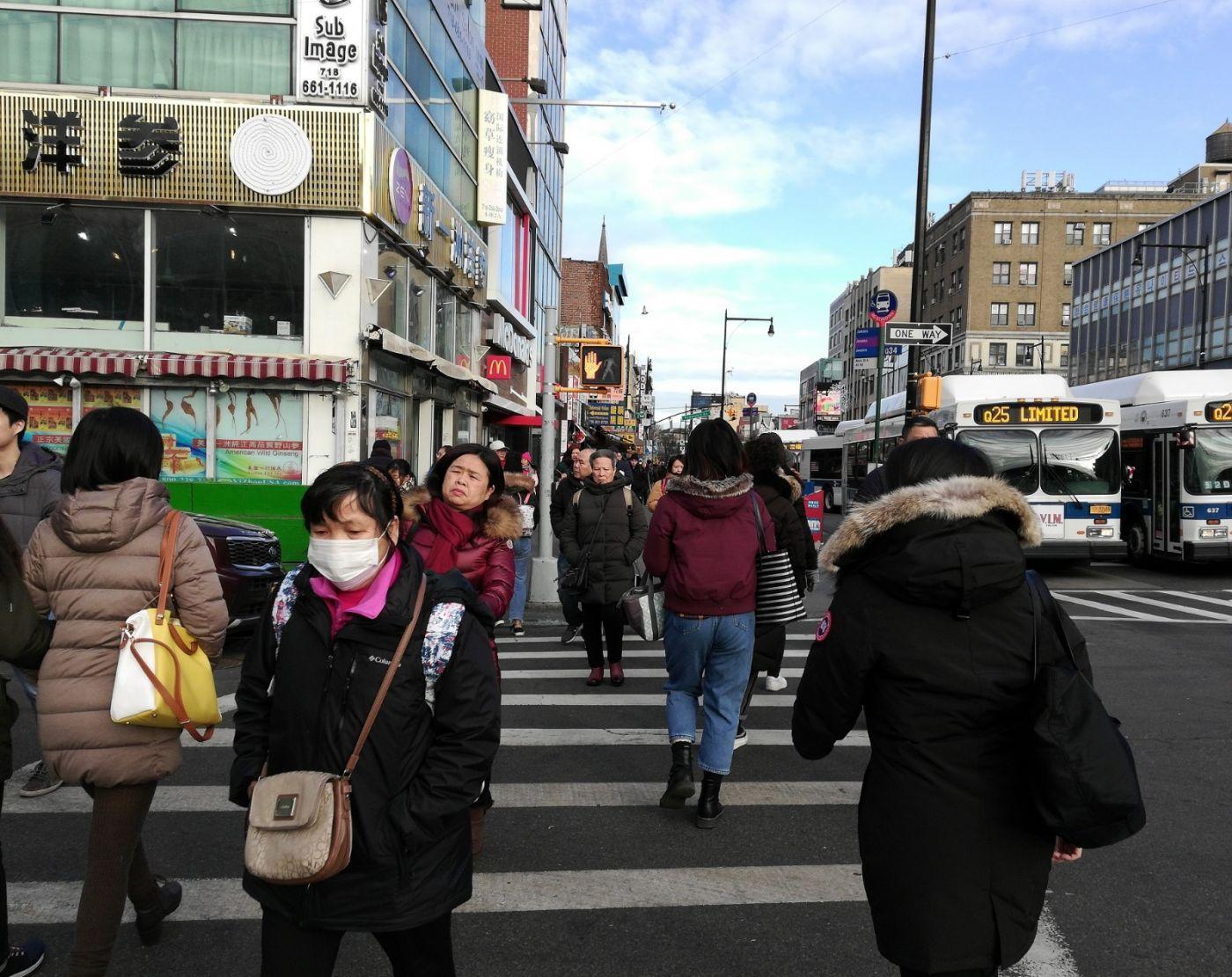 预防新型肺炎,纽约法拉盛街头戴口罩的人不断增加_图1-3