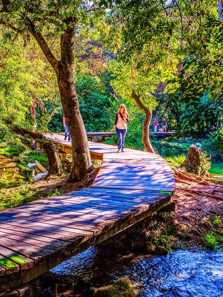 克罗地亚克尔卡国家公园(Krka National Park),走在瀑布傍_图1-5