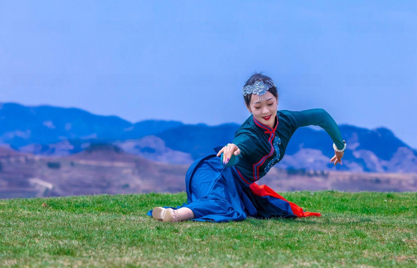 崮上草原有位女孩在翩翩起舞 她要和你邂逅在崮上花开的季节 ..._图1-1