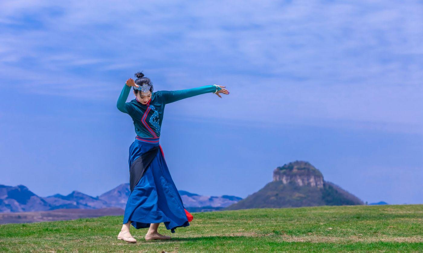崮上草原有位女孩在翩翩起舞 她要和你邂逅在崮上花开的季节 ..._图1-3