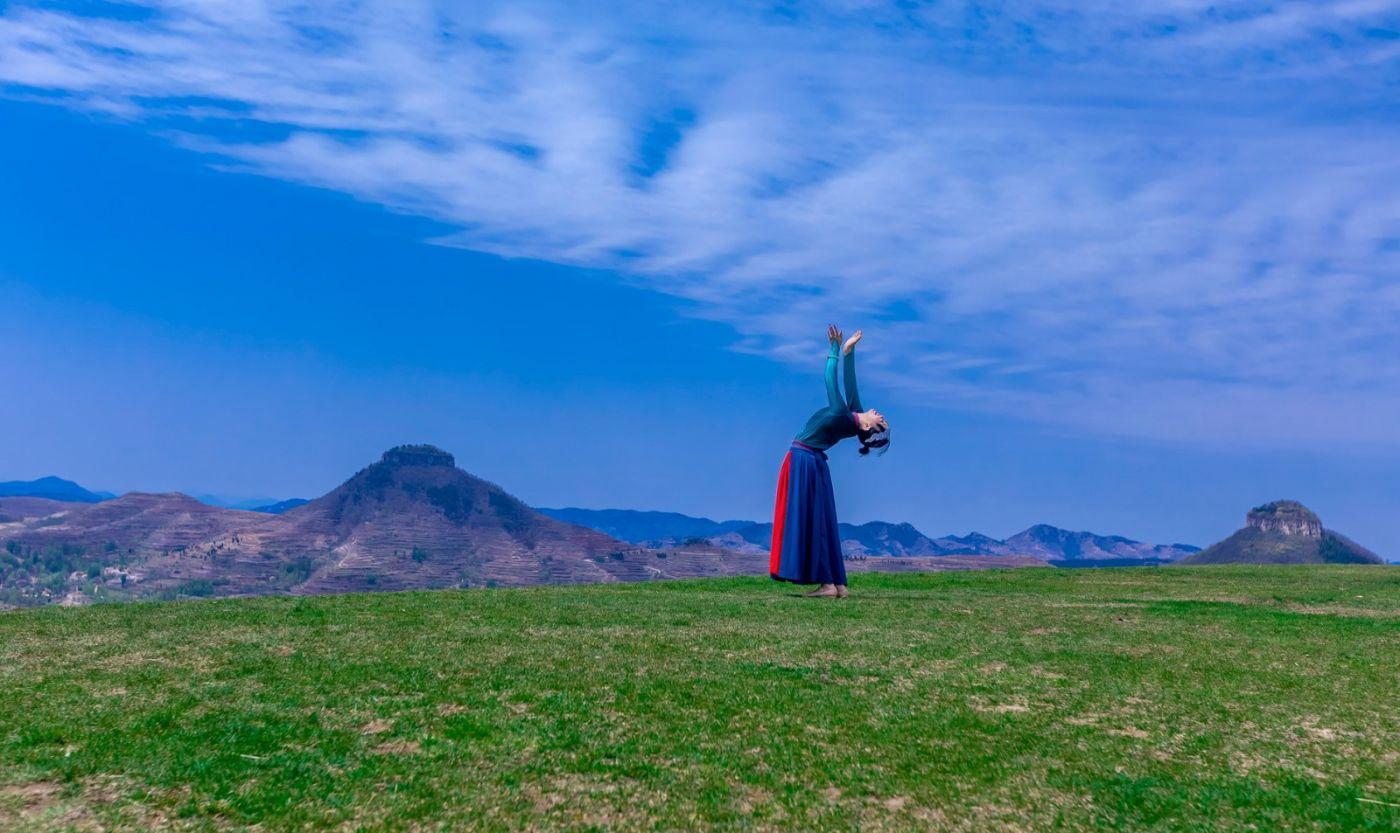 崮上草原有位女孩在翩翩起舞 她要和你邂逅在崮上花开的季节 ..._图1-4