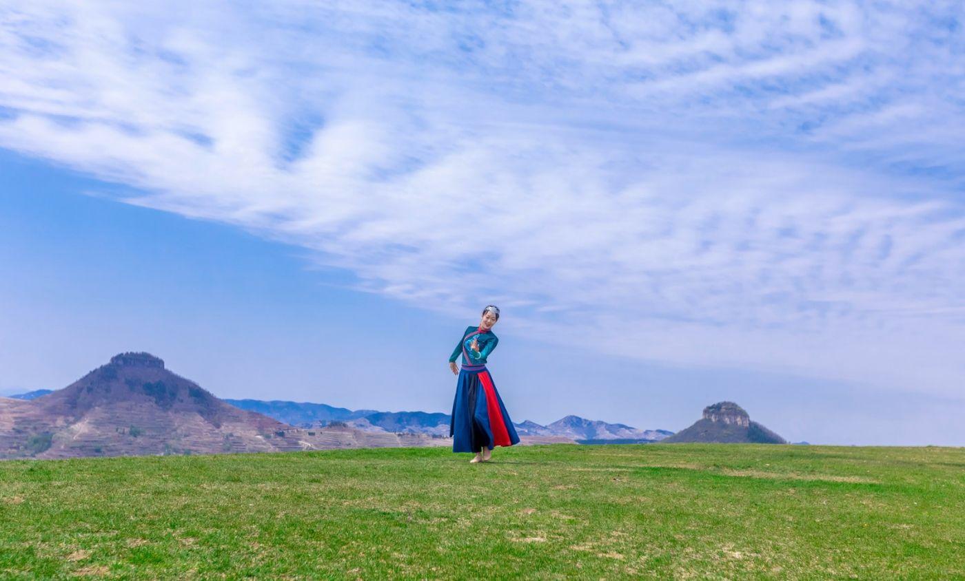 崮上草原有位女孩在翩翩起舞 她要和你邂逅在崮上花开的季节 ..._图1-5