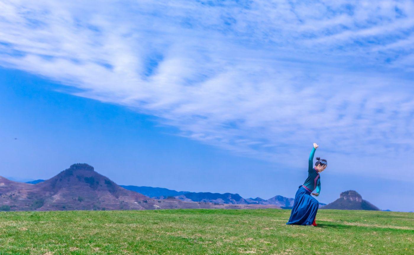 崮上草原有位女孩在翩翩起舞 她要和你邂逅在崮上花开的季节 ..._图1-6