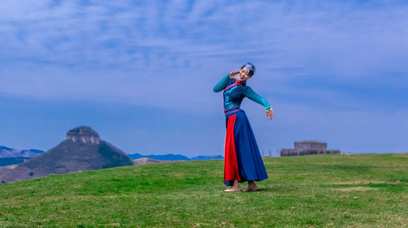 崮上草原有位女孩在翩翩起舞 她要和你邂逅在崮上花开的季节 ..._图1-7