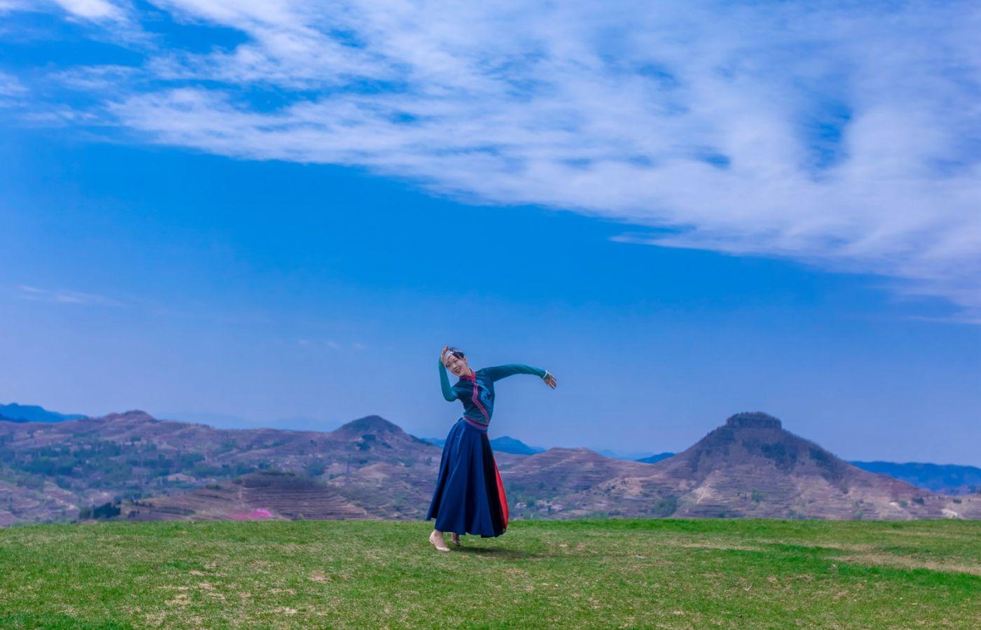 崮上草原有位女孩在翩翩起舞 她要和你邂逅在崮上花开的季节 ..._图1-8