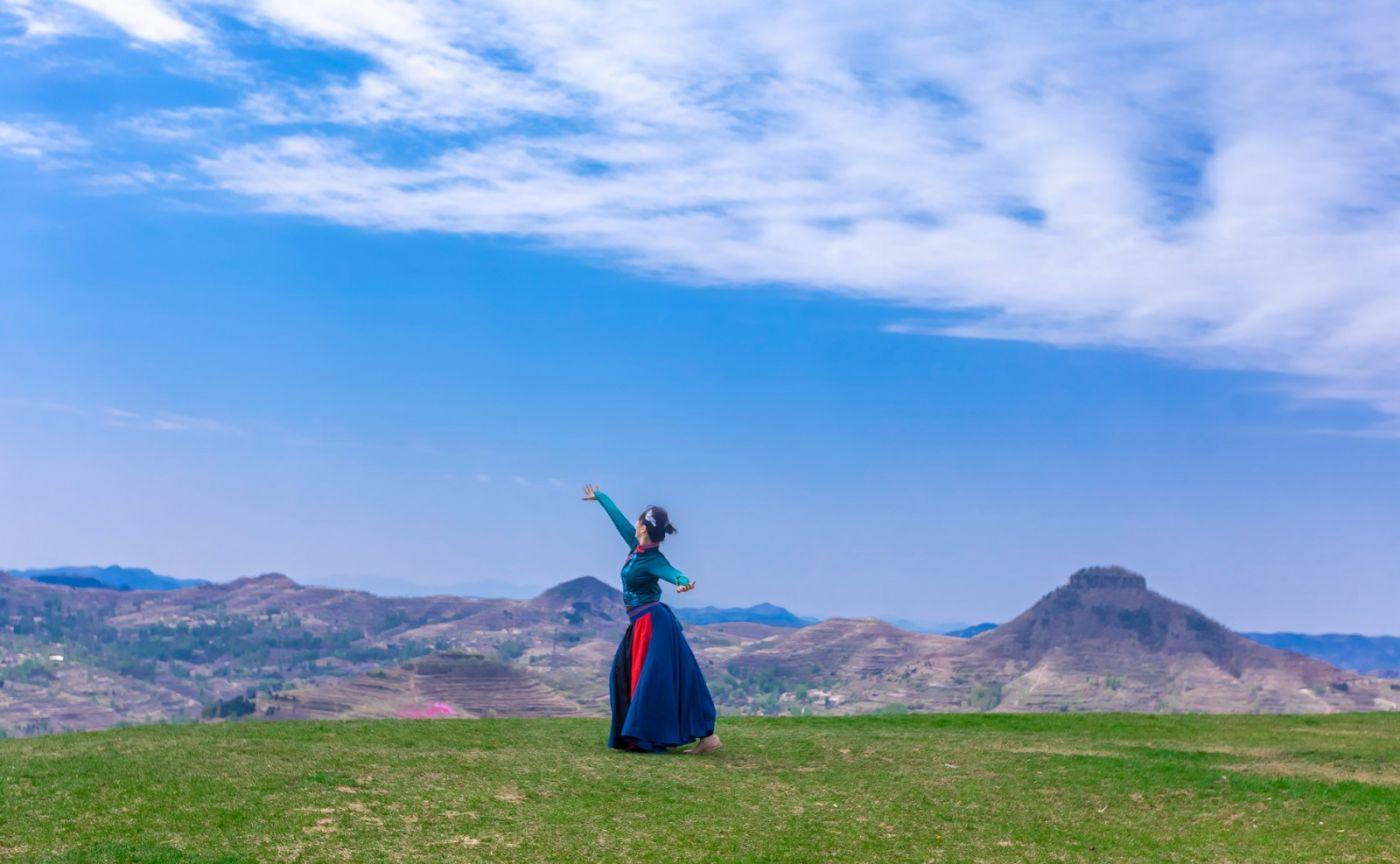 崮上草原有位女孩在翩翩起舞 她要和你邂逅在崮上花开的季节 ..._图1-9