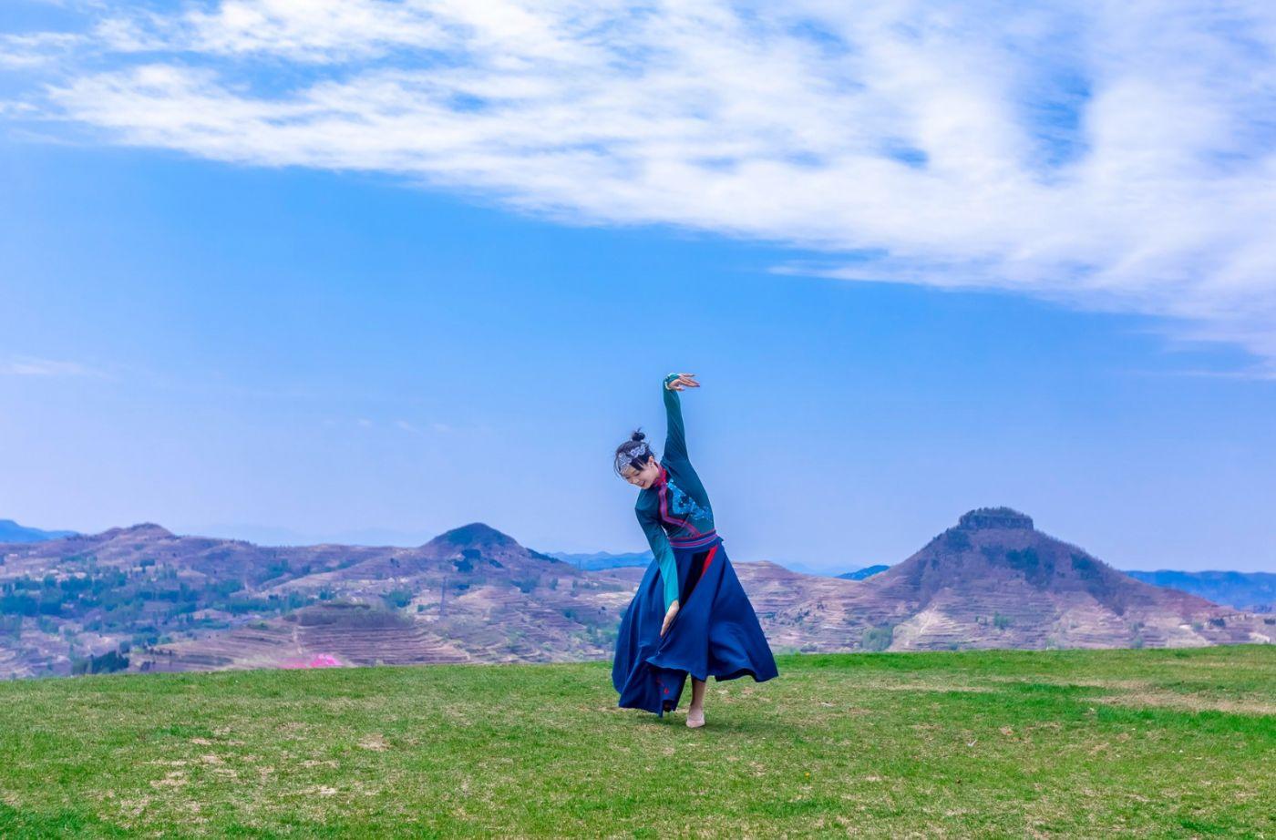 崮上草原有位女孩在翩翩起舞 她要和你邂逅在崮上花开的季节 ..._图1-10