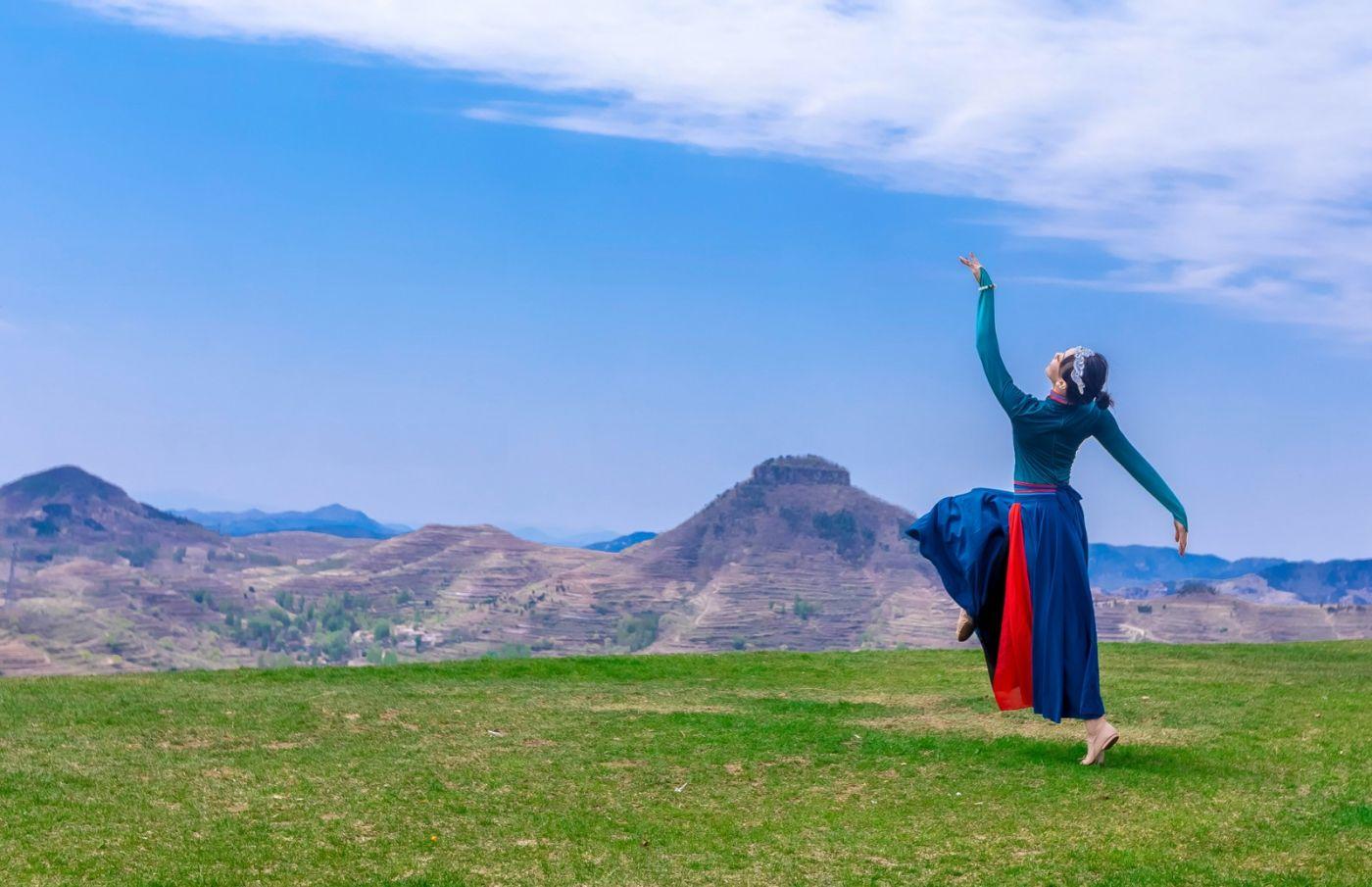 崮上草原有位女孩在翩翩起舞 她要和你邂逅在崮上花开的季节 ..._图1-11